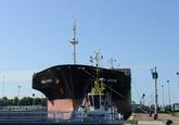 Zeeschip Swan Arrow met sleepboot vaart de zeesluis van Terneuzen
