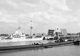 Libertyschip vaart de Middensluis binnen.