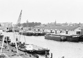 Binnenvaartschepen in Zijkanaal A. Op de achtergrond de binnenstad van...
