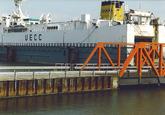Ro-ro schip van UECC aan het autoponton aan de Sloekade bij de N.V....