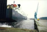 Serie foto's van het aanlopen, afmeren en lossen van het Roro schip...