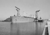 Overslag met drijvende kranen van Ovet uit het zeeschip North Point in...