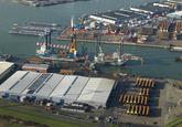 Offshore shepen aan de kade van de Westhofhaven bij VDS.
