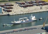 Vrachtschip Almeda Star met sleeboten van Multraship in de...
