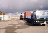 Laden of lossen van een vrachtwagen van Delta Ships and Industrial...