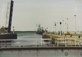 Zeeschip vaart de zeesluis bij Terneuzen uit.