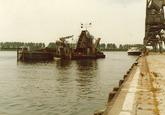 Baggerwerkzaamheden met kraan in de Zevenaarhaven, uitgevoerd door...