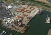 Overzichtsfoto van de westzijde van de Westhofhaven, met achterin de...