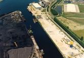 Luchtfoto Zuiderkanaalhaven. Links de kolenhopen bij Ovet en rechts de...