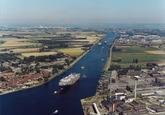 Luchtfoto kanaal Gent-Terneuzen ter hoogte van Sluiskil.