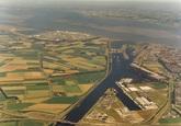 Luchtfoto Kanaalhavens Terneuzen. Op de achtergrond het sluizencomplex...