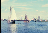 Zeilschepen op het kanaal ter hoogte van de Zevenaarhaven. Op de...