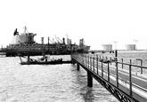 Zeeschip aan de steiger bij Dow Chemical in de Braakmanhaven. Op de...