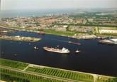 Zeeschip van Hydro Agri, met sleepboten, nabij de zeesluis te...
