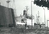Zeeschip bij de brug over de Middensluis.