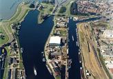 Luchtfoto Middensluis, binnenvaartsluis, zijkanaal A en Schependijk te...