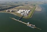 Braakmanhaven met steiger en vestiging Oiltanking op de Mosselbanken...