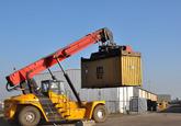 Lossen van containers met een Reach Stacker bij Arrow Terminals.