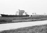 Zeeschepen in de Zevenaarhaven. Op de achtergrond de betonnen...