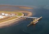 Luchtfoto Vlissingen-Oost van de steiger bij Total.