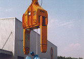 Het lossen van rollen staal bij Outokumpu Steel Processing op de...