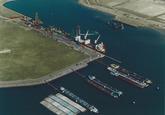 Luchtfoto wachtsteigers voor de binnenvaart in de Quarleshaven met op...