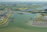 Braakmanhaven gezien vanaf de Westerschelde. Links Dow Chemical,...