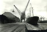 Lossen van een schip in de Noorderkanaalhaven bij Aug. de Meijer en...