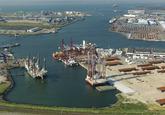 Westhofhaven met diverse boorplatformen zoals de Rambiz en de GSP...