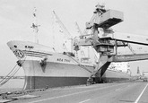 Zeeschip Nea Tyhi aan de kade bij de Nederlandse Stikstof Maatschappij...