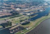 Luchtfoto middensluis en binnenvaartsluis in Terneuzen.