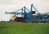 Zeeschip aan de bulkterminal van Verbrugge Terminals in de...