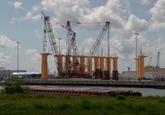 Opslag van monopiles voor windmolens op de BOW terminal.