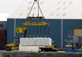 Lossen van een schip met papier aan de Sloekade bij Verbrugge...
