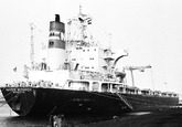 Lossen van het zeeschip Navios Monarch met drijvende kranen aan de...