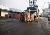 Lossen van landbouwproducten bij Kloosterboer in de Bijleveldhaven.