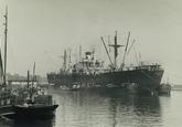Zeeschip en binnenvaartschip in de Zevenaarhaven.