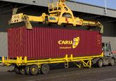 Het laden van een container op een vrachtwagen.