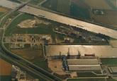 Luchtfoto Zevenaarhaven met de vestiging van Aug. de Meyer bv. De...