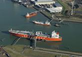 Zeeschip aan steiger bij de Vopak Terminal Vlissingen.