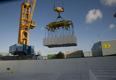 Laden of lossen van een schip met papier bij Verbrugge Terminals in de...