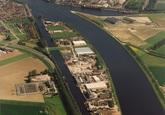 Luchtfoto Kanaaleiland Sluiskil, met de punt van de Axelse Vlakte met...
