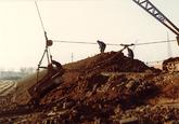 Aanleggen van een stofdijk ten behoeve van de kolenterminal van Ovet...