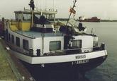 Het lossen van een binnenvaartschip aan de Sloekade bij de N.V. Haven...