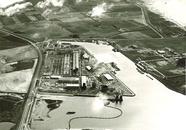 Luchtfoto van baggerwerkzaamheden in de Quarleshaven te...