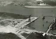 Onderaan de foto een gedeelte van de N.V. Kon. MIJ. ''de Schelde'' met...