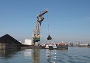 Overslag kolen in binnenvaartschepen bij Ovet in de Kaloothaven.