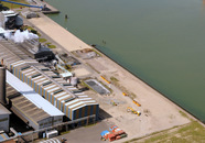 Gebouwen van Century aluminium. Bij de kade de toekomstige vestiging...