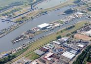 Luchtfoto zeesluis met op de voorgrond de bedrijfsterreinen aan de...
