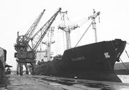 Zeeschip Falkness aan de kade bij Aug. de Meijer in de...